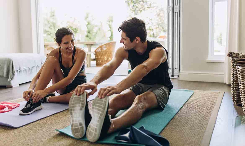 pareja haciendo deporte en casa durante la cuarentena